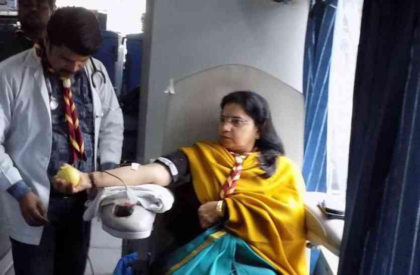 डीआरएम सहित अन्य रेलवे अफसरों ने किया रक्तदान