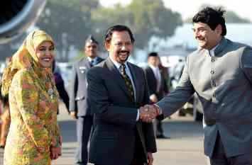 71 की उम्र में 5000 Km विमान उड़ाकर दिल्ली पहुंचे ब्रुनेई के सुल्तान, आसियान समिट में लेंगे हिस्सा