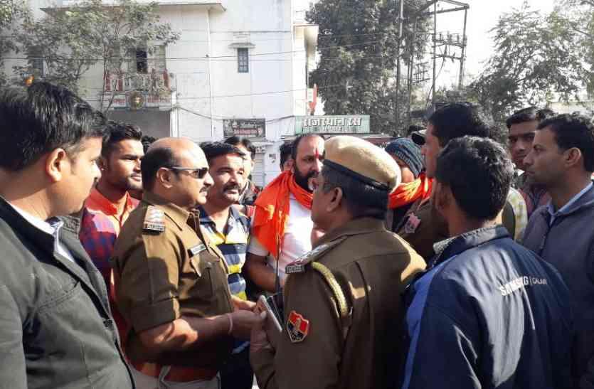 VIDEO: पदमावत पर विरोध की आग तेज, उदयपुर में करणी सेना ने किया हंगामा,  पुलिस ने खदेड़ा