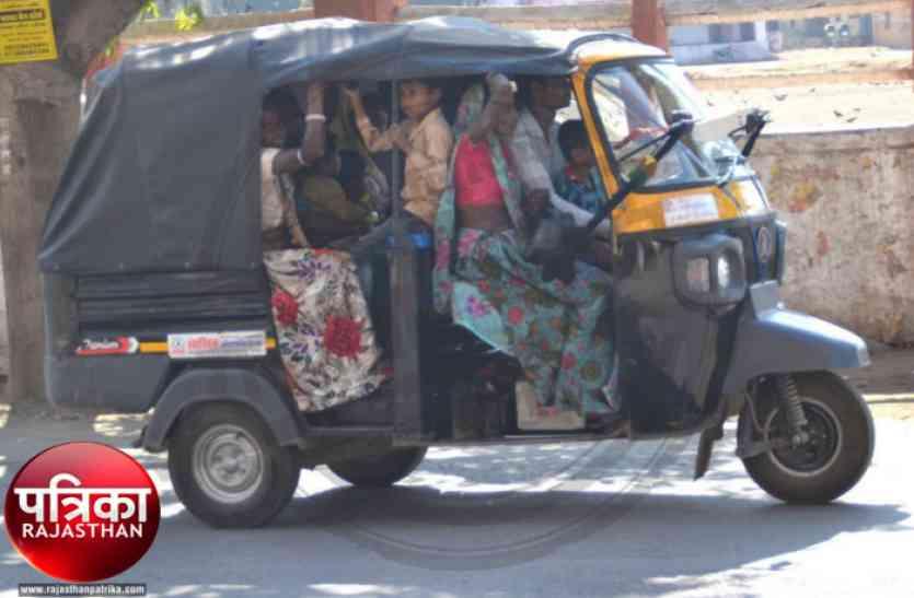 बांसवाड़ा में बन गया गजब का रिवाज, टैम्पो में ड्राइवर सीट पर होता है यह कमाल