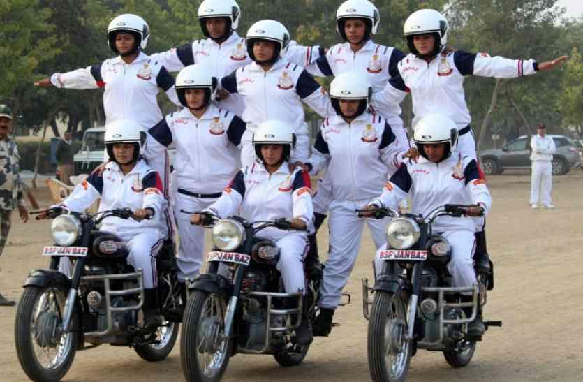 Republic Day 2018: BSF की वुमंस सोल्जर ने बाइक पर दिखाए ऐसे स्टंट, आपने आज तक नहीं देखें होंगे