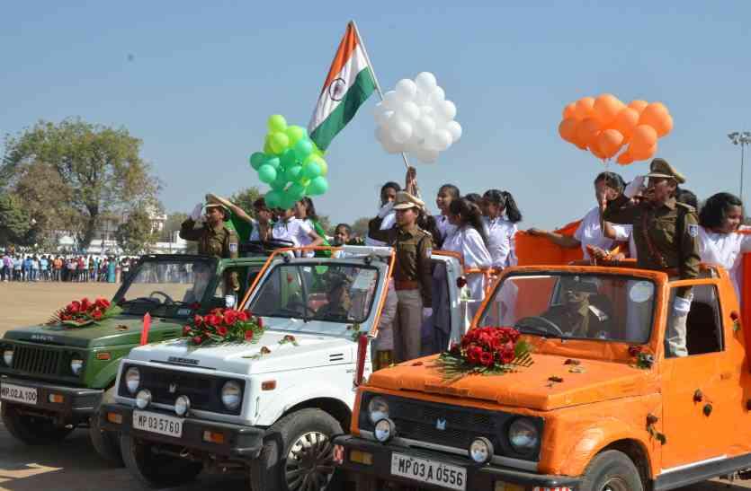 तिरंगा के रंग में रंगा स्टेडियम, झांकियों में महिला सुरक्षा और स्वच्छ भारत का दिया संदेश