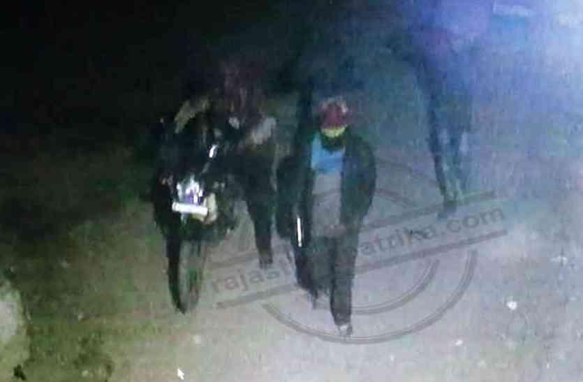 दो ज्वैलर्स की दुकानों के शटर तोड़ लाखों रुपए के जेवरात व नकदी चोरी