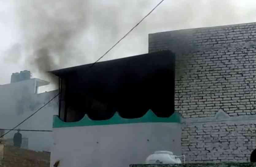 कासगंज बवाल: ABVP कार्यकर्ता की मौत के बाद धार्मिक स्थल में लगाई आग, कर्फ्यू जैसे हालात