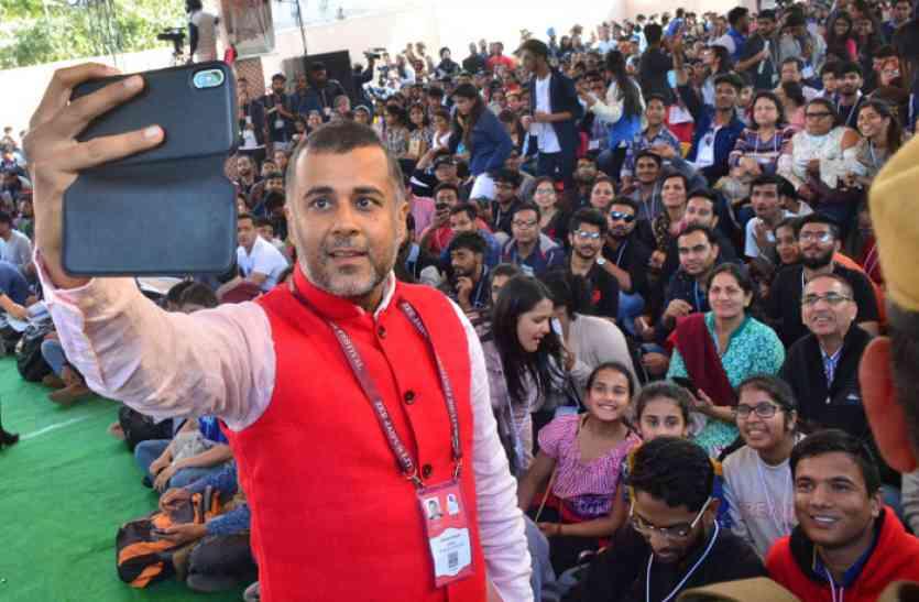 JLF 2018: चेतन भगत ने कहा- यदि राजस्थान में पद्मावत रिलीज होती, तो इतनी भीड़ हमें नहीं मिलती