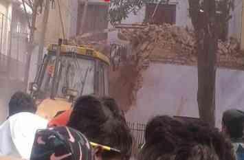 स्मार्ट सिटी सहारनपुर में पुलिस चाैकी की बिल्डिंग पर चली निगम की जेसीबी