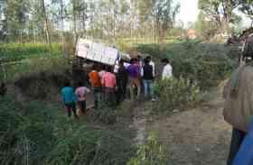 प्रतापगढ़ में पिकअप वैन अनियंत्रित होकर पलटी, 12 घायल, दो तस्वीरें
