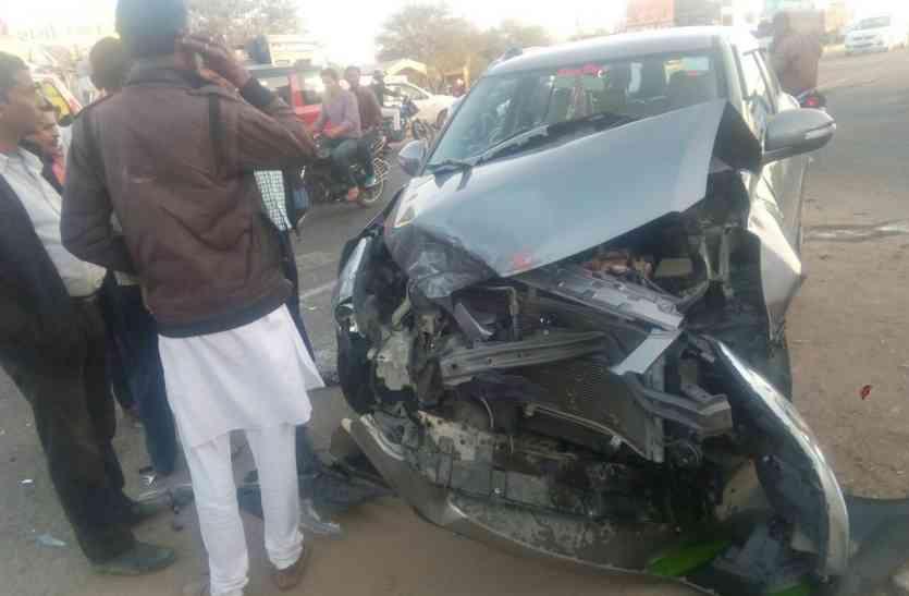Road accident : दो कारों में भिड़ंत, चालक घायल