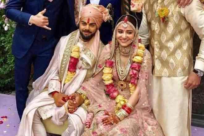 WHAT: शादी के बाद विराट को छोड़ ये किस एक्टर संग अनुष्का मना रही हैं अपना पहला वेलेंटाइन!
