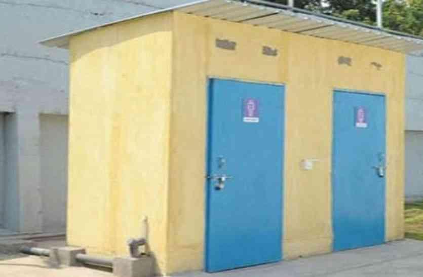 शौचालय निर्माण की बाट जोह रहे आंगनबाड़ी केन्द्र