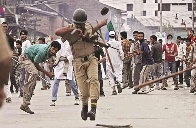 पत्थरबाजों को लेकर जवानों के बच्चों की शिकायत पर NHRC गंभीर, रक्षा मंत्रालय से मांगी रिपोर्ट