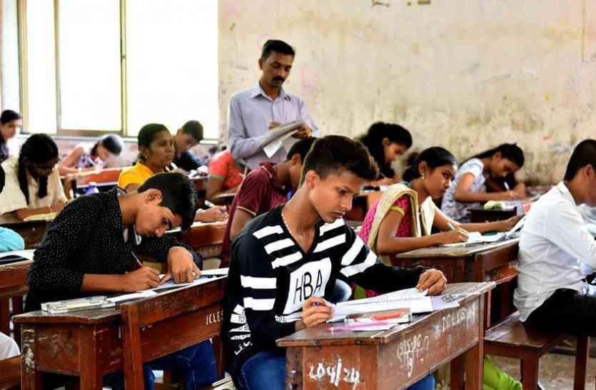 UP Board Exam 2018 : परीक्षा में 14 नकचलियों के पकड़े जाने से मचा हड़कंप, 1686 परीक्षार्थियों ने छोड़ी परीक्षा