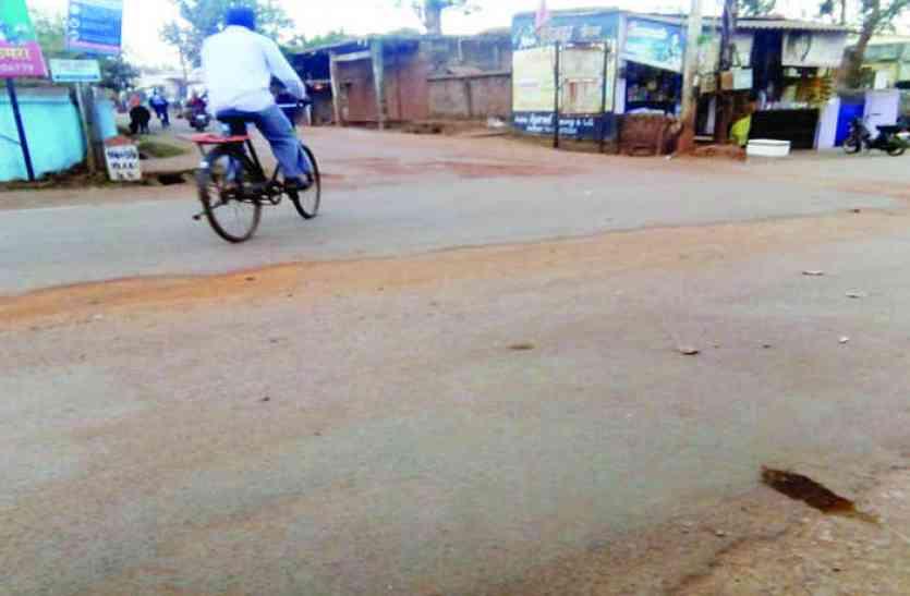 पाइप लाइन बिछाने पहले खोद दी पूरी सड़क फिर मरम्मत करना भूले अधिकारी