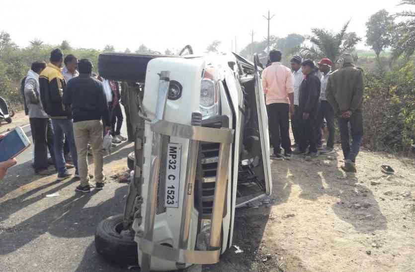 जीप का टायर फटा चालक की मौत, तीन उपयंत्री घायल