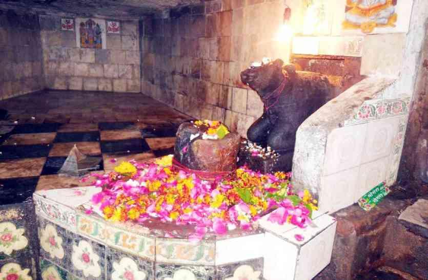 उल्का पिंड से गिरने से बने पहाड़ पर बना है ये शिव मंदिर, जाना जाता है टपकेश्वर महादेव के नाम से
