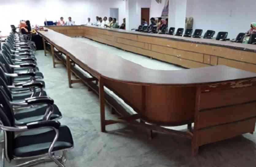 VIDEO: बाहर विरोध में बैठे कांग्रेसी पार्षद, अंदर चलती रही बोर्ड बैठक, सभापति दो बार आई मनाने, नहीं माने पार्षद,