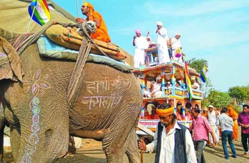 जयकारों के साथ हाथी, घोड़ा पर निकले भगवान, पंचकल्याणक गजरथ महोत्सव