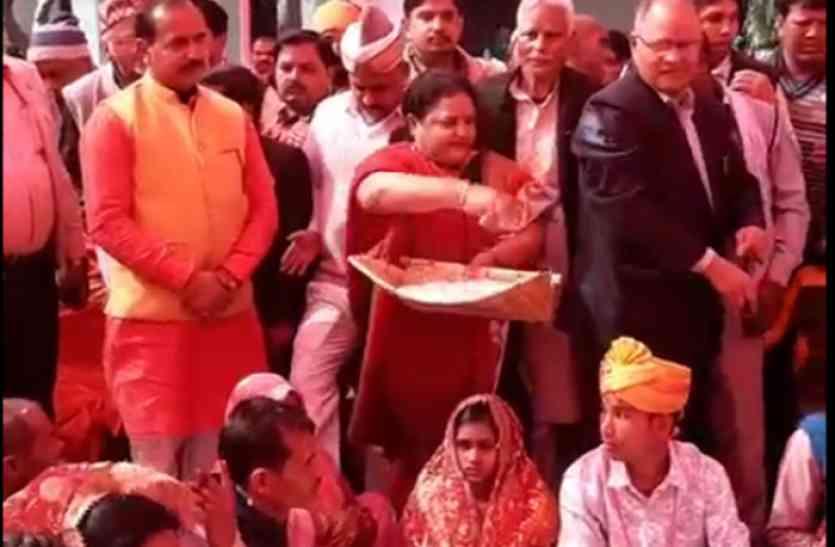 यहां हुआ 200 जोड़ों का सामूहिक विवाह, मंत्री अनुपमा जायसवाल ने छिड़का लावा