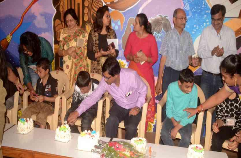 Chhattisgarh Human story: पांच स्पेशल बच्चों ने एक साथ काटा खुशियों का केक, पढ़ें खबर