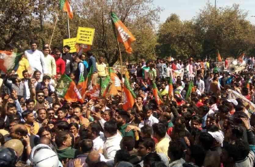 पकौड़ा पॉलिटिक्स : सड़क पर आमने-सामने आए कांग्रेस-बीजेपी, पुलिस से हुई झूमाझटकी