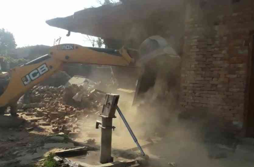 36 साल से रह रहे थे लोग, अब एक आदेश के बाद तोड़ दिए गए घर