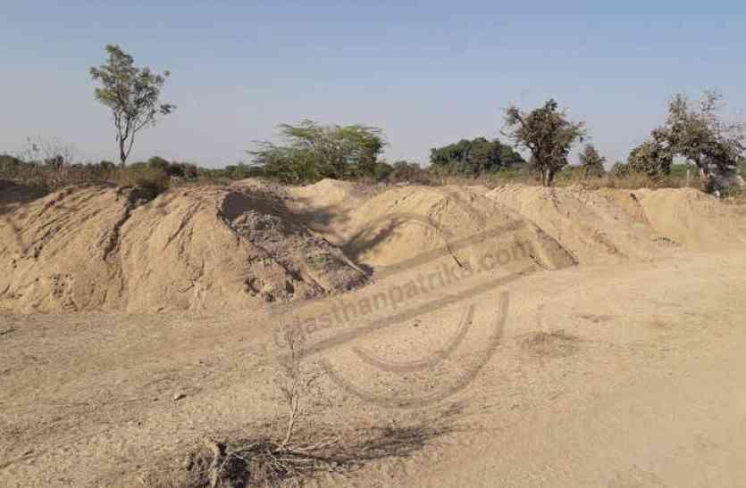 चारागाह भूमि में किया बजरी का अवैध स्टॉक, तालाब में बनाई सड़क