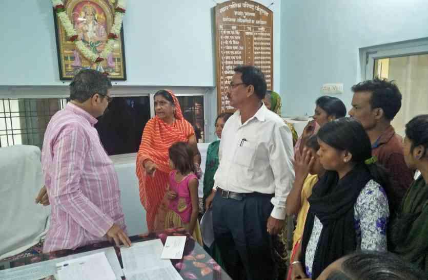 बेघर हुए परिवार ने नपा से लगाई गुहार