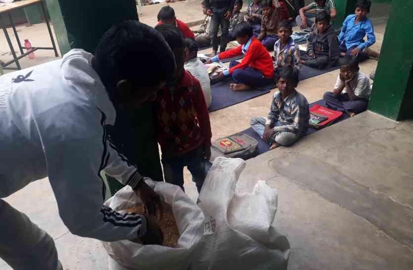 जलेबी-पोहा के साथ दूध पी रहे छात्रावास के अधीक्षक, जानिए क्यों