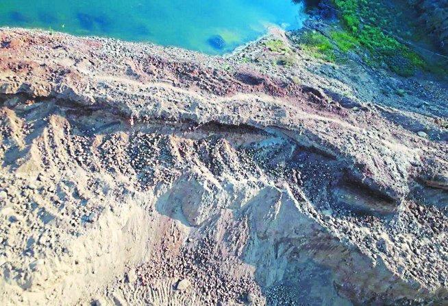 पोकलेन, जेसीबी से बर्बाद कर रहे नर्मदा नदी के तटबंध, धार पर मंडरा रहा खतरा
