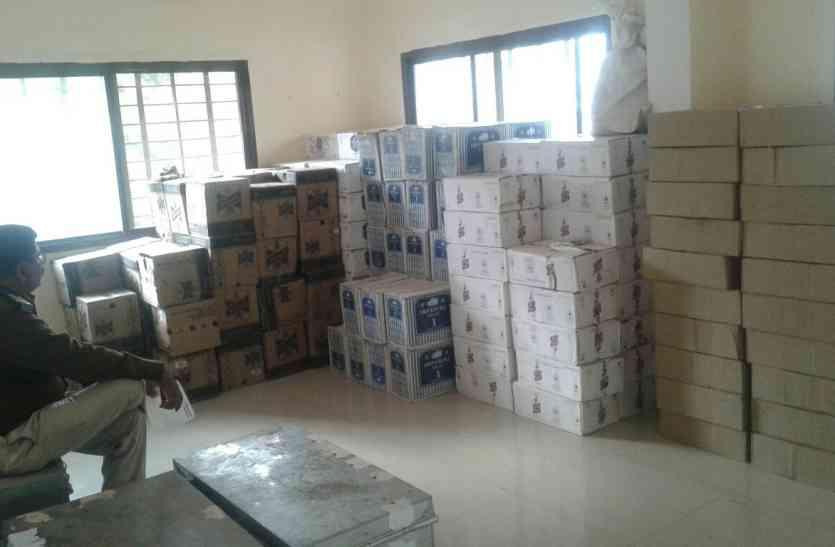 ट्रक पकड़ा तो पुलिस वाले देख चौंक गए, रखी थी 15 लाख की शराब