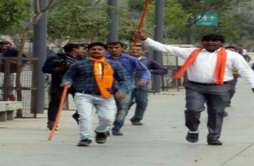 रिवरफ्रंट पर बैठे युगलों को वीएचपी-बजरंगदल के कार्यकर्ताओं ने  'भगवा' लाठी से भगाया