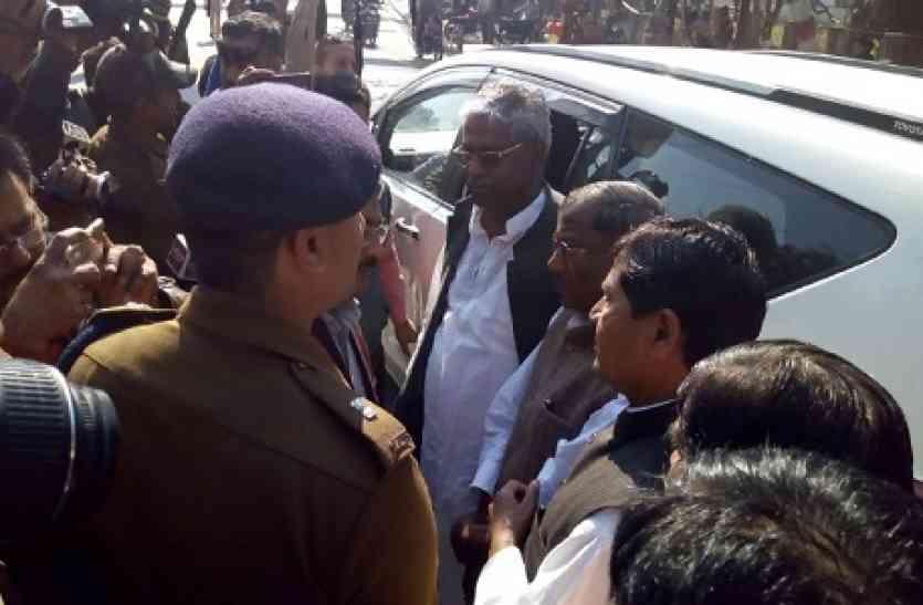 दलित छात्र की हत्या के बाद जाँच करने पंहुची भाजाप की टीम ,प्रशासन ने रास्ते में रोक किया ...