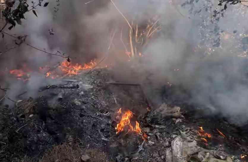 मुगलसराय रेलवे स्टेशन : गोदाम की झाड़ियों में लगी आग, मची अफरा-तफरी