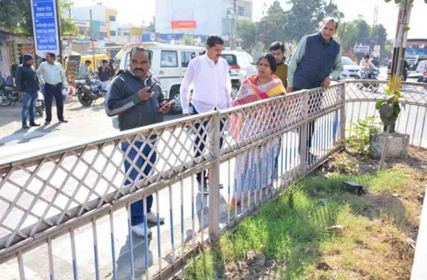 लोगों को पीने का पानी नहीं, निगम धो रहा सड़क