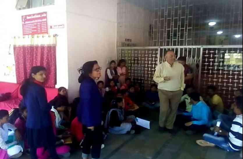 प्रदर्शन करने यूर्निवसिटी आ रही छात्राओं ने पुलिस ने लिए 500 रूपए