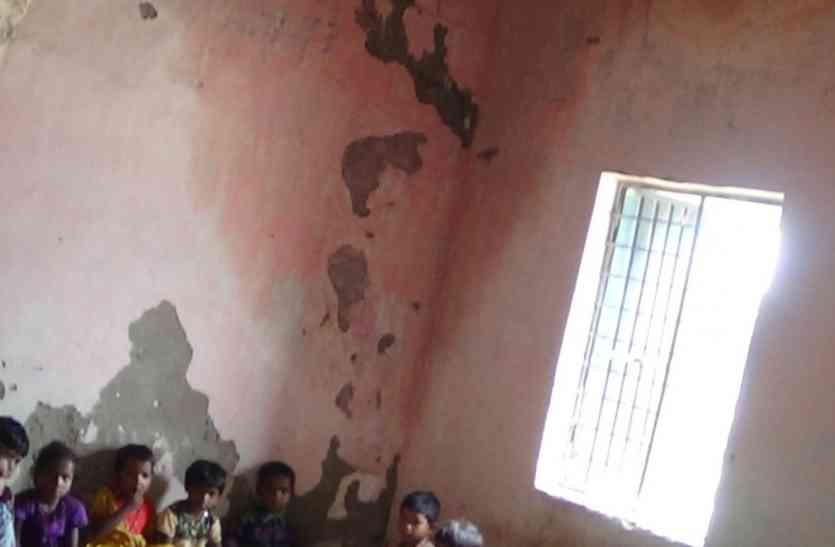 प्राथमिक शाला भवन की छत में छेद