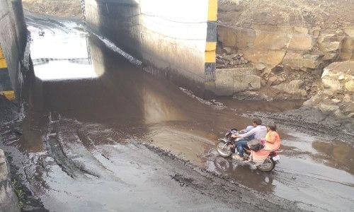 रेलवे अंडरब्रिज के नीचे से जब गुजरती है बाइक...