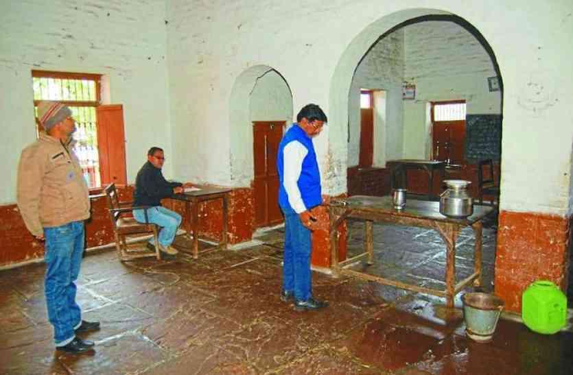 Inspection : शिक्षा विभाग की टीम ने उर्दू स्कूल का किया निरीक्षण