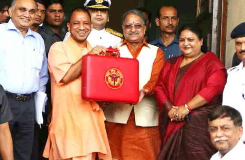 UP Budget 2018: सीएम योगी आदित्यनाथ की लाल अटैची से 15 घंटे बाद क्या-क्या निकलेगा बाहर
