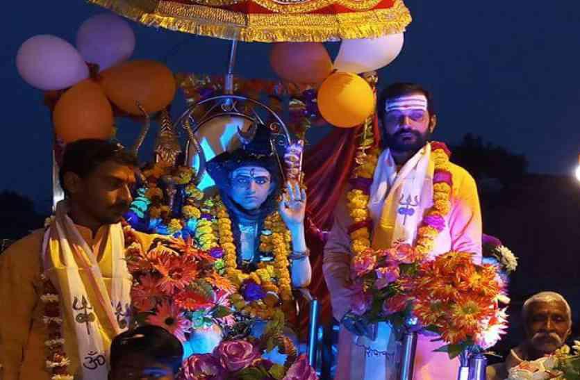शिव की भक्ति में जमकर झूमे भक्त, कुछ इस तरह दूल्हा रूप में नजर आए भोलेनाथ
