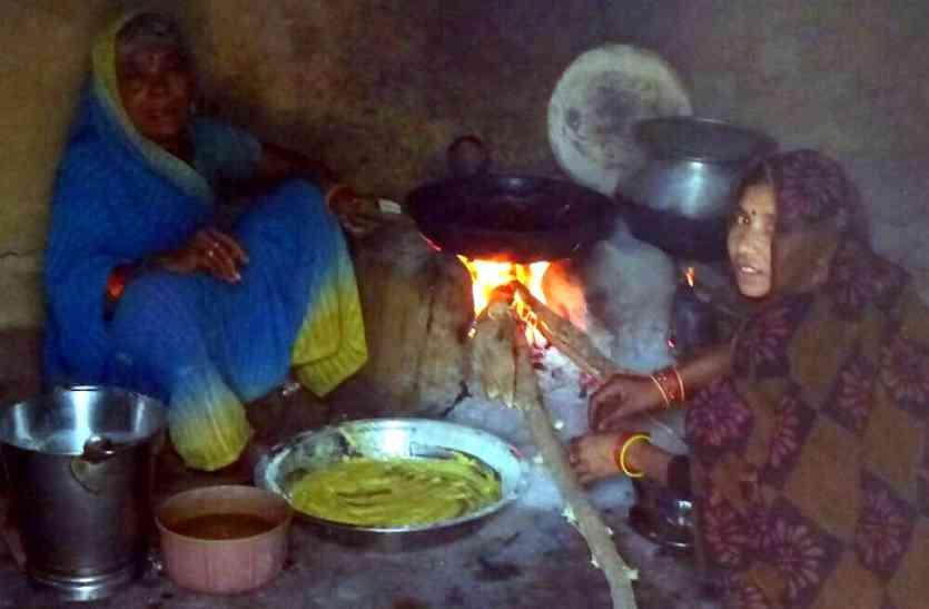 मजाक बनी मोदी की उज्जवला योजना, MP की स्कूलों में रसोइया महिलाएं फोड़ रहीं आँखें