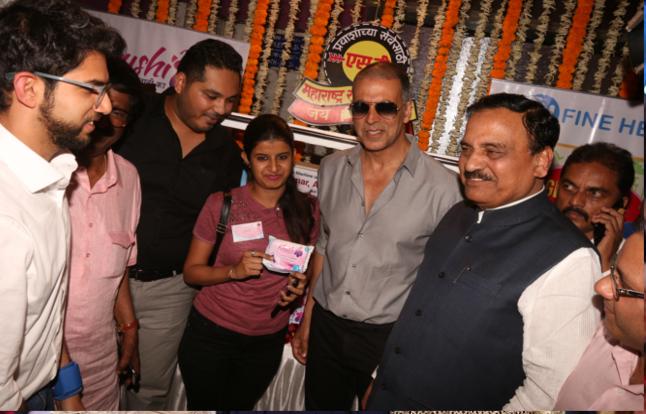 पैडमैन अक्षय ने मुंबई में किया पैड वेंडिंग मशीन का उद्घाटन