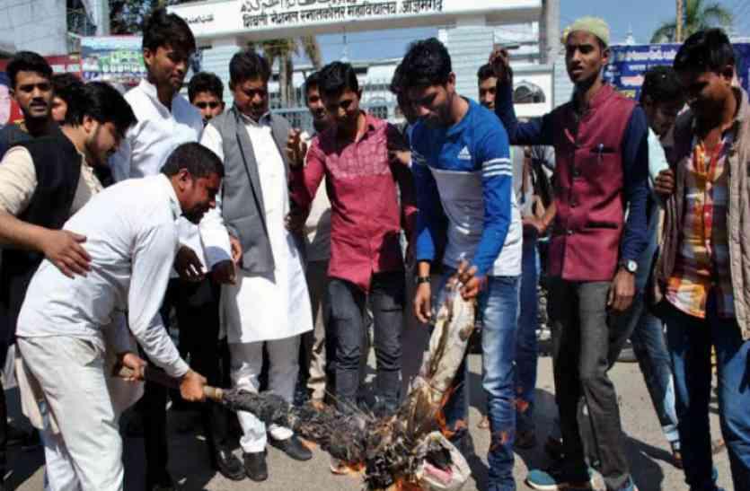 शहीद सैनिक मुजाहिद खान के अपमान पर बिहार सरकार के खिलाफ सड़क पर उतरे छात्र, फूंका पुतला