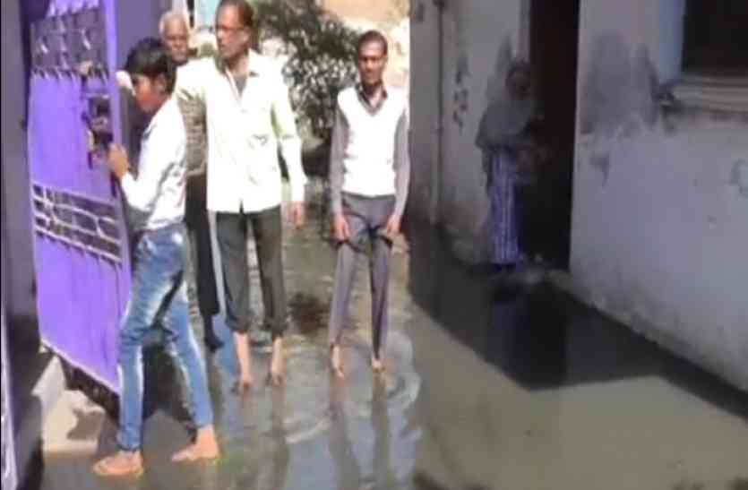 जल भराव से परेशान लोगों ने किया सड़क जाम, सरकार से की ये मांग