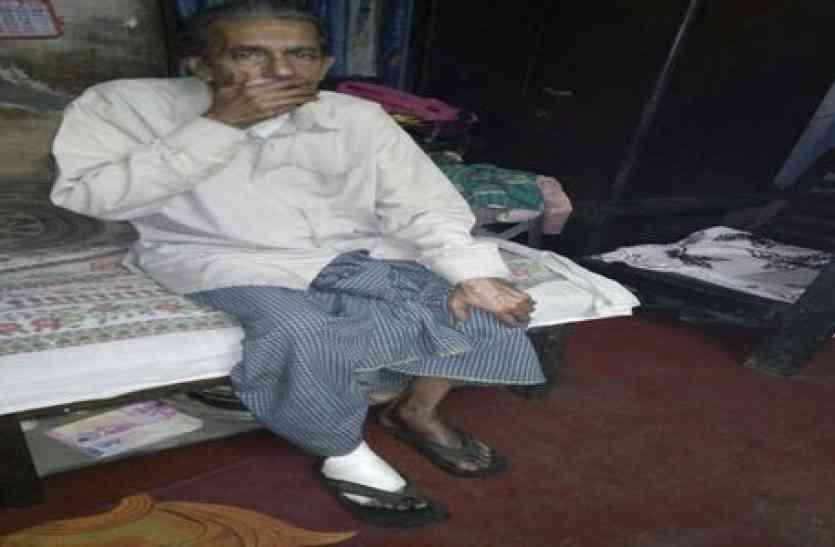 नशे के लिए पैसे नहीं देने पर शराबी बेटे ने किया पिता पर जानलेवा हमला