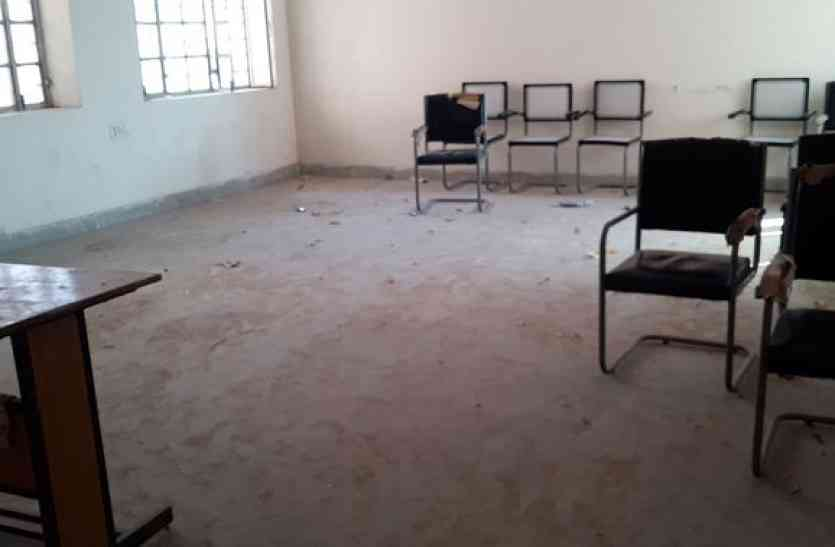 अधिकारियों की लापरवाही से बीएससी नर्सिंग की कक्षाएं ठप