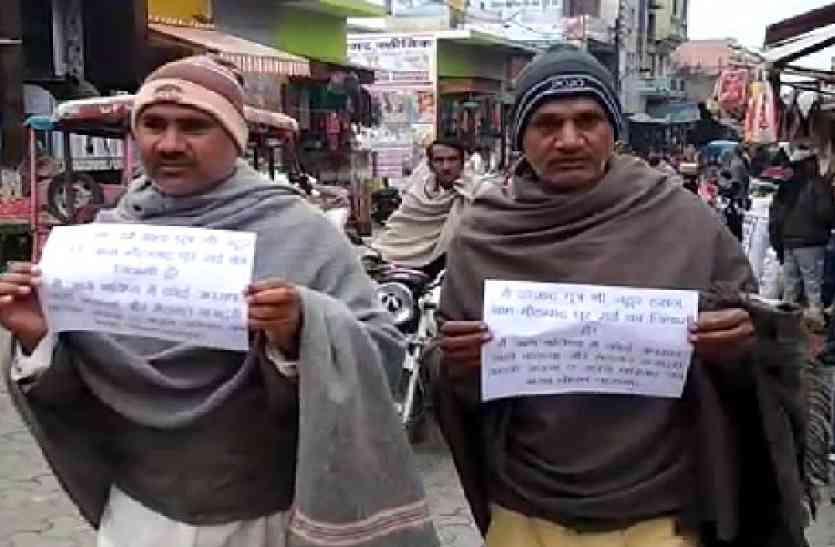 VIDEO: यूपी के इस शहर में हत्यारोपियों ने हाथों में दफ्ती लेकर जनता से मांगी माफी जानें क्यों?