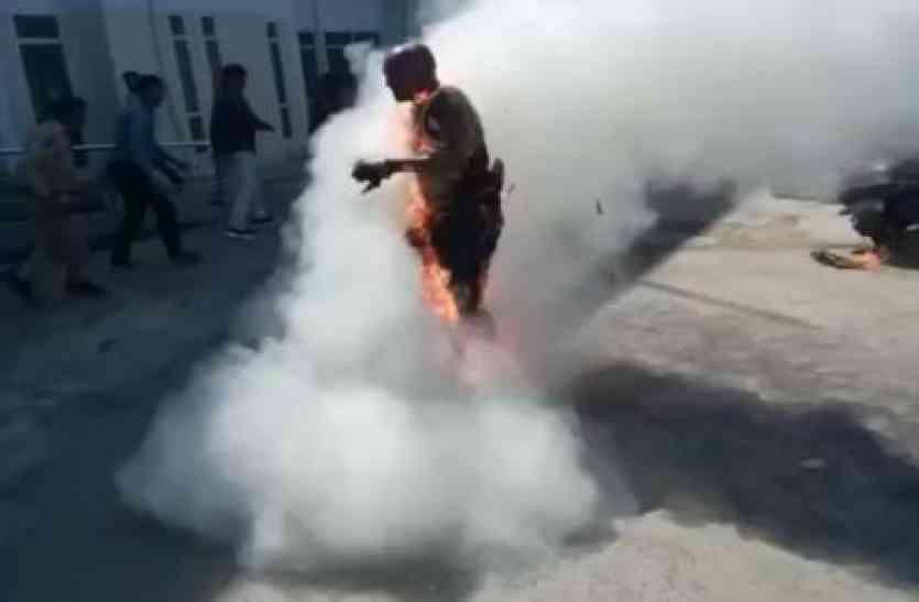 पुलिस की उपस्थिति में दलित कार्यकर्ता ने खुद को किया आग के हवाले