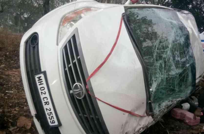 कोहरे में नहीं दिखी सड़क, अनियंत्रित होकर कार पलटी, वृद्धा की मौत