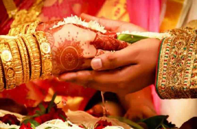वैलेंटाइन डे पर सख्ती बरतने की जगह पुलिस ने कराई प्रेमी जो़ड़े की शादी